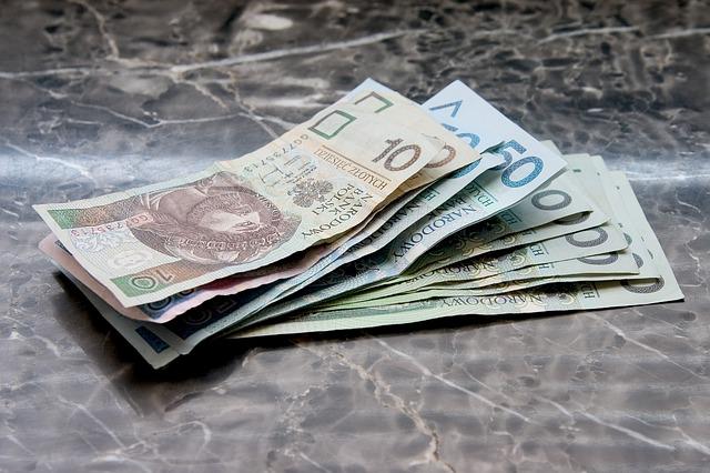 banknoty na stole jako dopłata do zaniżonego odszkodowania
